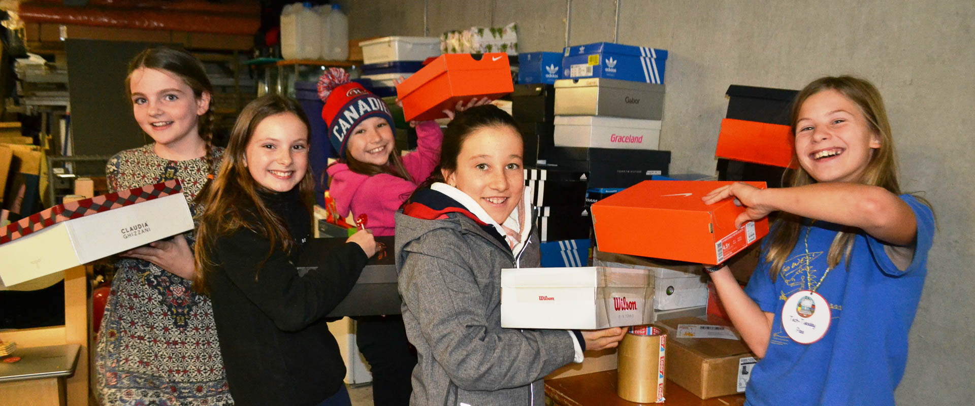 round square students donating 2xchristmas boxes to socialwerke pfarrer sieber, international school